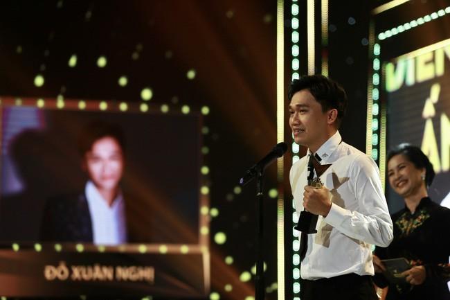 Diễn viên Xuân Nghị nhận giải Nam diễn viên ấn tượng cho vai Bách trong phim Nhà trọ Balanha.