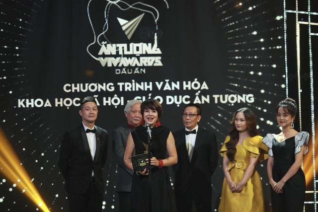 MC - Nhà báo Diễm Quỳnh đại diện ê-kíp Quán thanh xuân nhận giải thưởng.