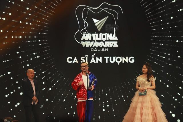 Rapper Hà Lê nhận cúp từ nhạc sĩ Quốc Trung và diễn viên Bảo Thanh.