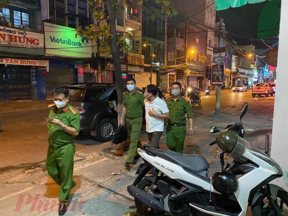 Đại gia 'Thanh đeo' bị bắt tạm giam và dẫn giải thực hiện lệnh khám nhà tối 4/9