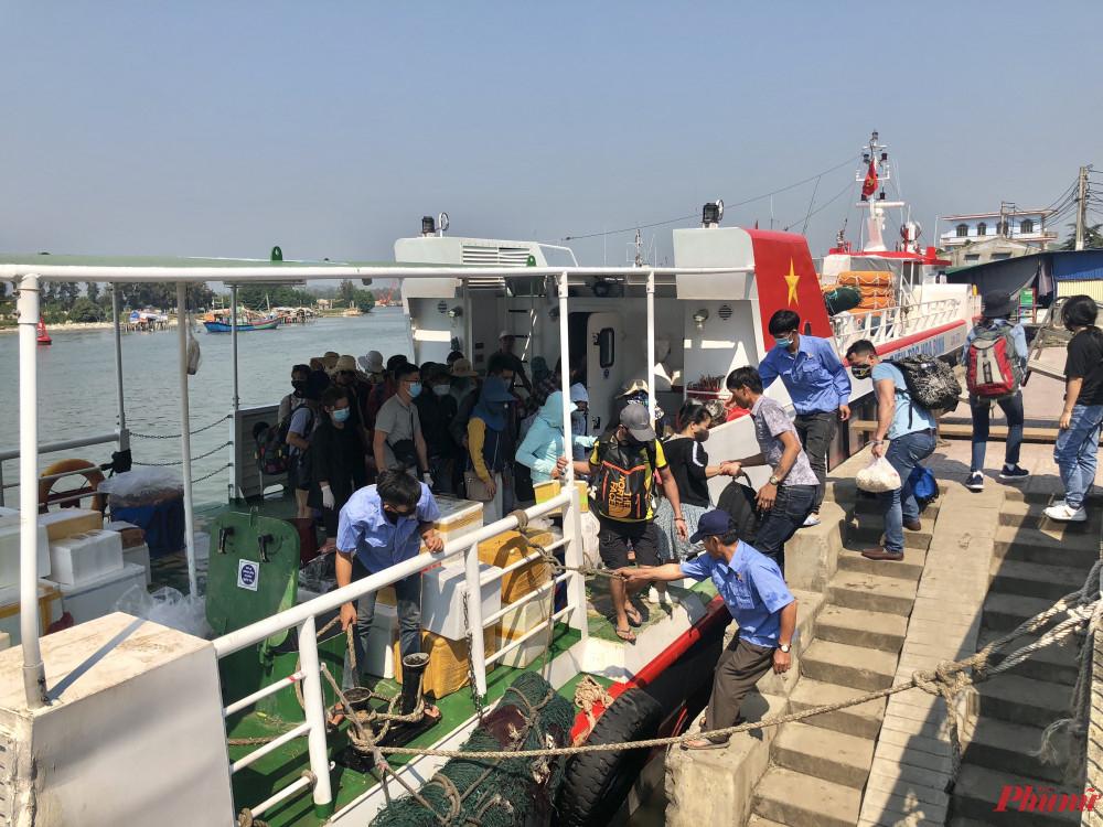 Tàu cao tốc đưa, đón khách du lịch trên tuyến vận tải biển Sa Kỳ đi huyện đảo Lý Sơn và ngược lại được phép hoạt động bình thường