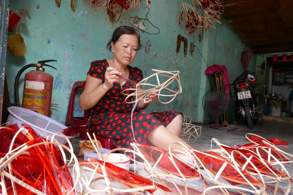 Cô Tô Thị Ngọc Mai làm nghề gia công lồng đèn được trên 10 năm. Trung bình một ngày, cô Mai làm được 40 chiếc, tiền công khoảng 80.000 đồng.