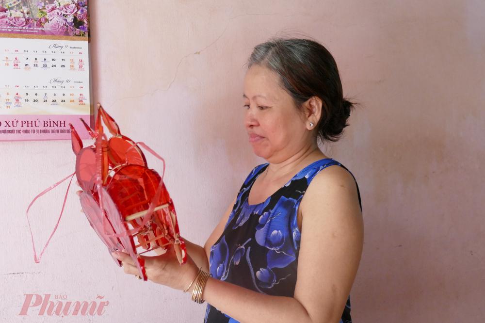 Cô Ngọc Lan đã theo nghề làm lồng đèn được hơn 30 năm.