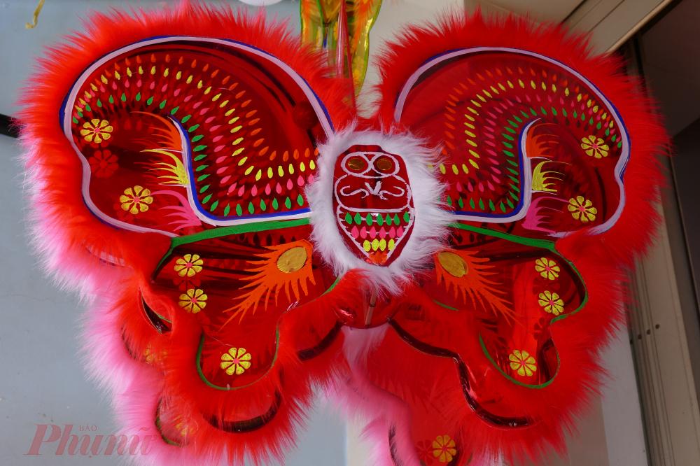 Dưới đôi bàn tay tỉ mỉ, khéo léo của các nghệ nhân lâu năm tại xóm đạo Phú Bình (quận 11) những chiếc lồng đèn được trang trí tinh xảo, bắt mắt mà hiếm có sản phẩm công nghiệp nào sánh được.