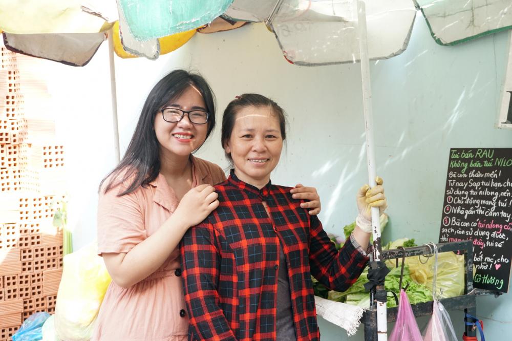 """Quỳnh Hương cùng cô Hương trong chiến dịch """"bán rau không bán túi ni-lông"""" tại chợ Hẻm 10"""