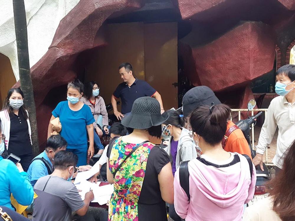 Rất đông người dân tìm đến chùa Kỳ Quang 2 khi có thông tin thất lạc tro cốt
