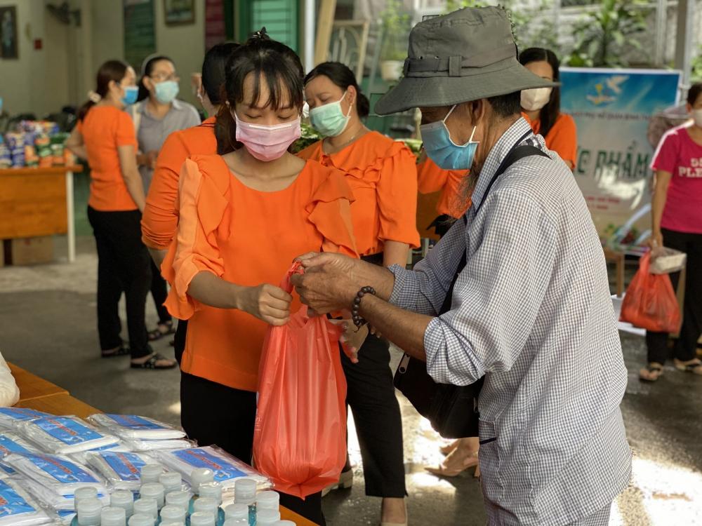 Không chỉ nhận quà, 350 suất ăn sáng danh cho những người có nhu cầu đã được trao tặng trong buổi sáng cùng ngày.