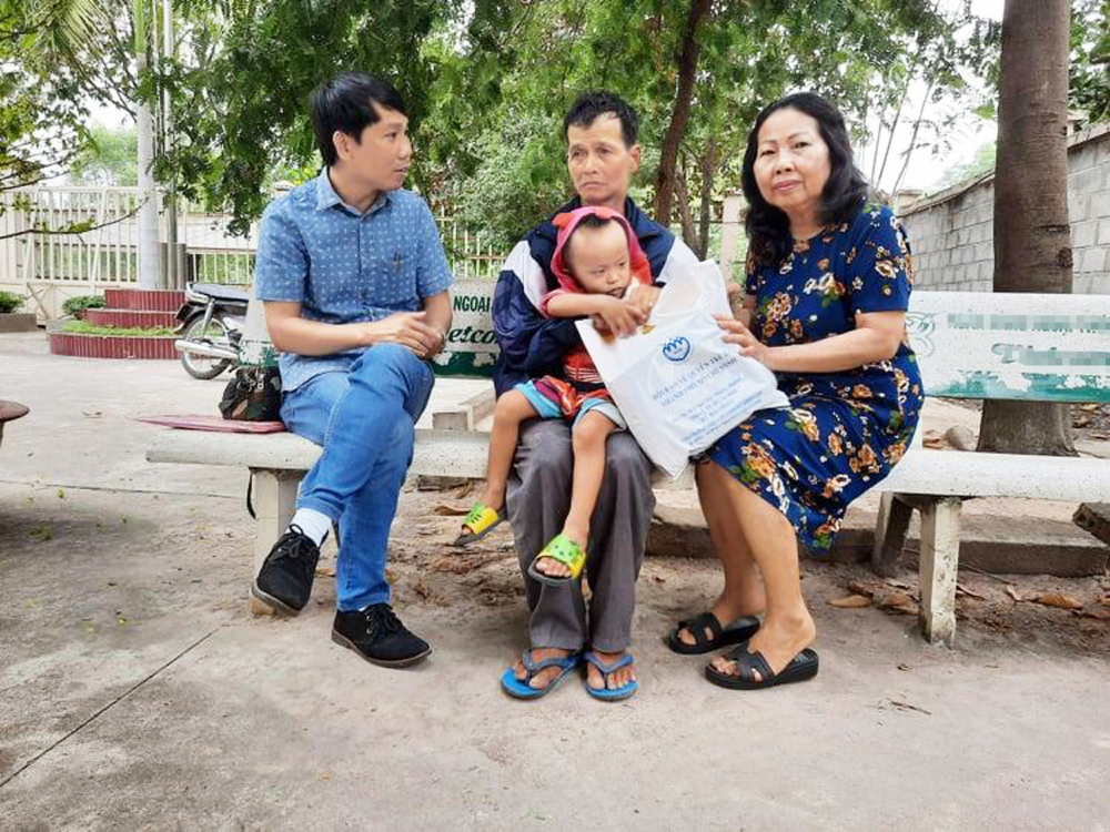 Nghe tin cậu bé bị mẹ ruột đánh trong đêm mùng Sáu Tết, sáng mùng Bảy bà tìm đến Bình Dương để trợ giúp pháp lý cho người thân của bé