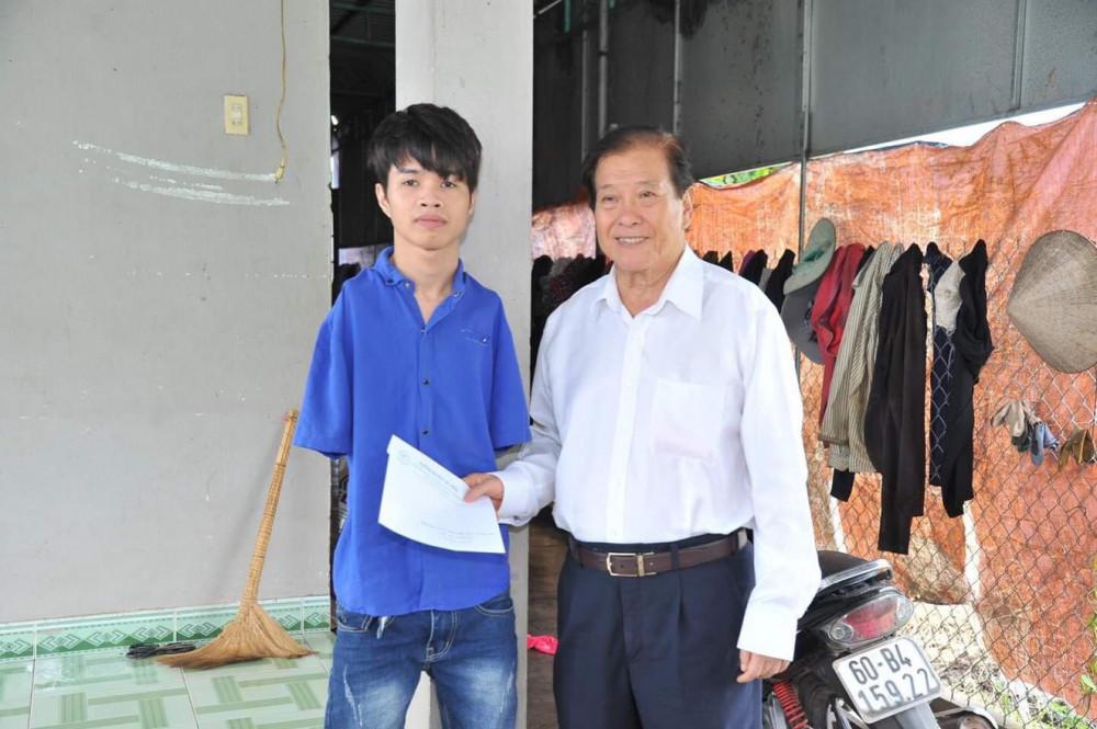 Hồ Hữu Hạnh và thầy Đỗ Hữu Tài -  người chu cấp tiền ăn học suốt 12 năm qua