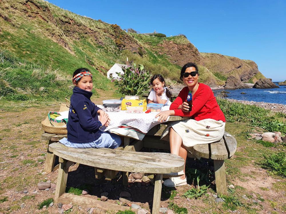 Tác giả cùng 2 cô con gái trong một kỳ nghỉ giữa thiên nhiên