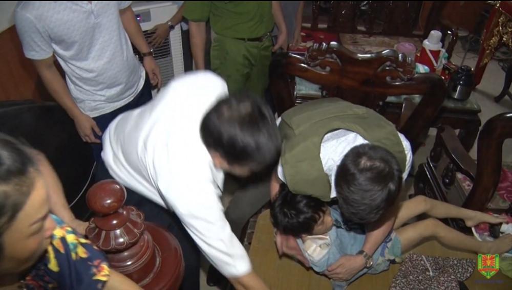 Cơ quan chức năng tiến hành giải cứu cháu bé (Ảnh: Công an Bắc Ninh).