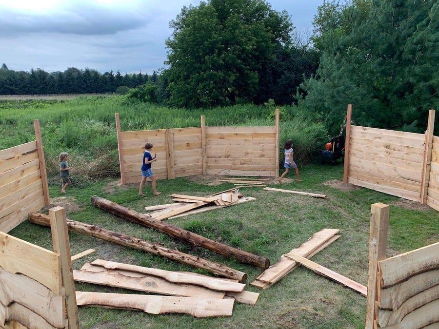 Lớp học của cô giáo Lindsey Earle trong quá trình xây dựng