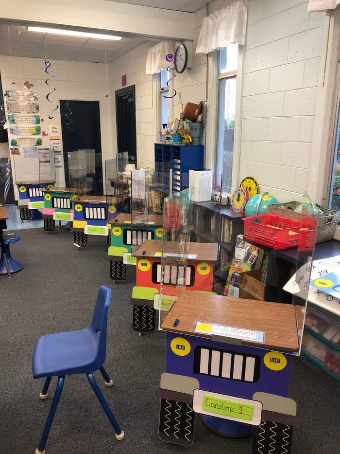Những chiếc bàn xinh xắn trong lớp học của cô giáo Martin