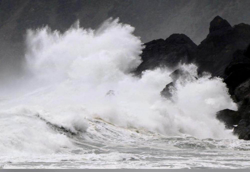 Sóng cao do bão Haishen gây ra ập vào bờ biển đảo Amami Oshima, tỉnh Kagoshima, Nhật Bản ngày 5 tháng 9 năm 2020