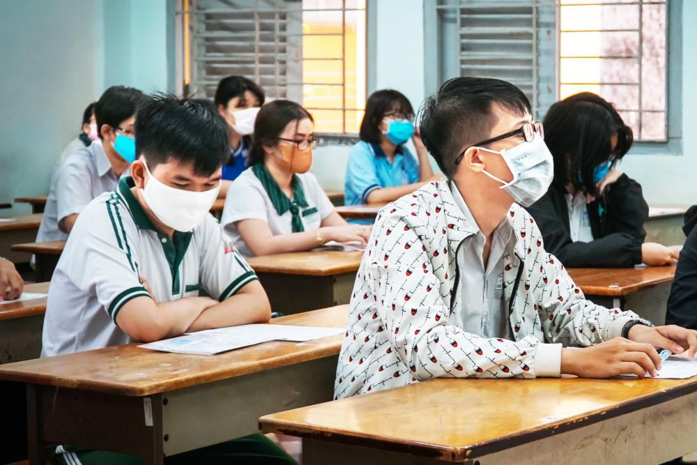 Nhiều thí sinh vừa trúng tuyển bị động khi trường thông báo học phí - Ảnh: Tam Nguyên