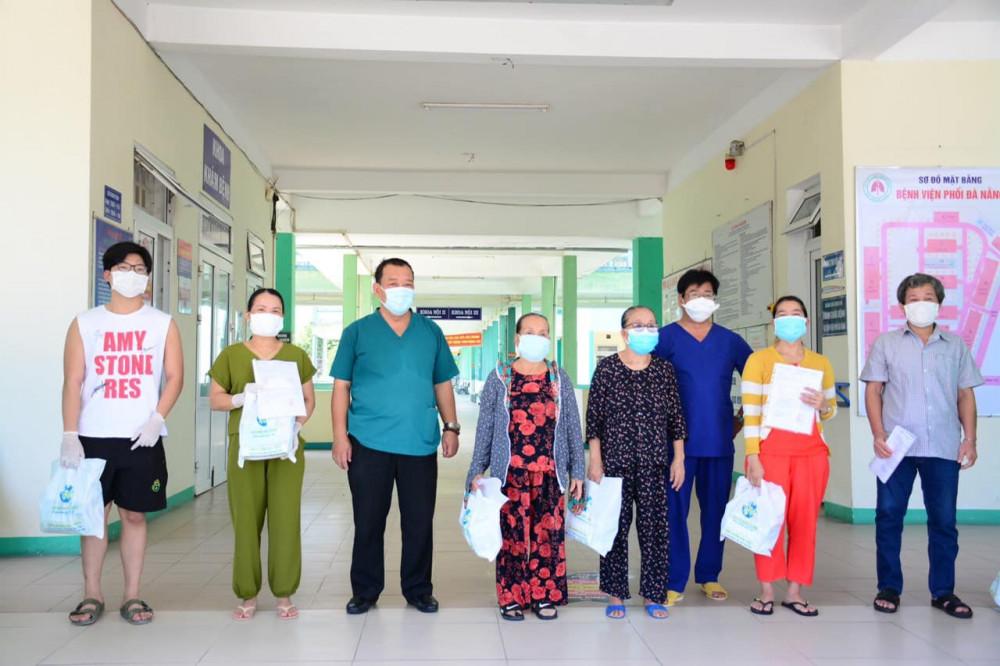 Các bệnh nhân được công bố khỏi bệnh tại Bệnh viện Phổi Đà Nẵng.