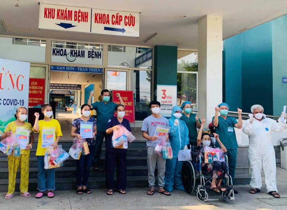 Các bệnh nhân được công bố chữa khỏi tại Trung tâm y tế Hòa Vang