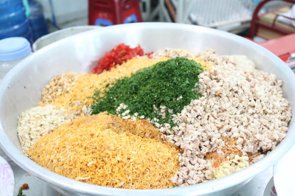 Nguyên liệu làm bánh được chuẩn bị cẩn thận với nhiều loại như socola, trà xanh, trứng muối, thập cẩm.