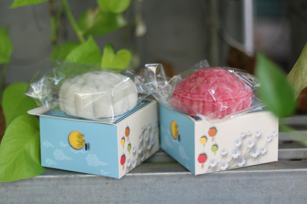 Không chỉ chỉn chu trong khâu chọn nguyên liệu làm bánh, các dì, các chị còn  chuẩn bị hộp giấy gói bánh tặng các em nhỏ.