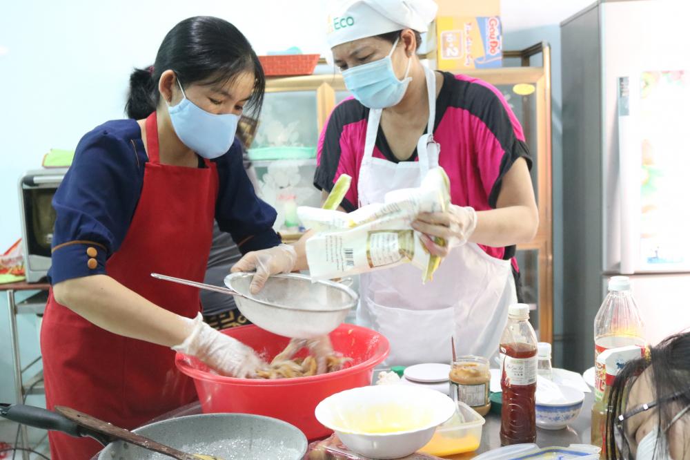 Kinh phí mua nguyên liệu một phần do Mạnh Thường Quân ủng hộ, phần còn lại là cán bộ, hội viên phụ nữ phường Trường Thọ tự góp với nhau rồi cùng góp sức làm.