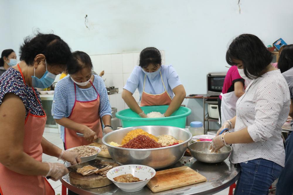 Để có những chiếc banh trên, 22 cán bộ, hội viên phụ nữ phường Trường Thọ đã chia nhóm làm trong suốt hai ngày 3, 4/9.
