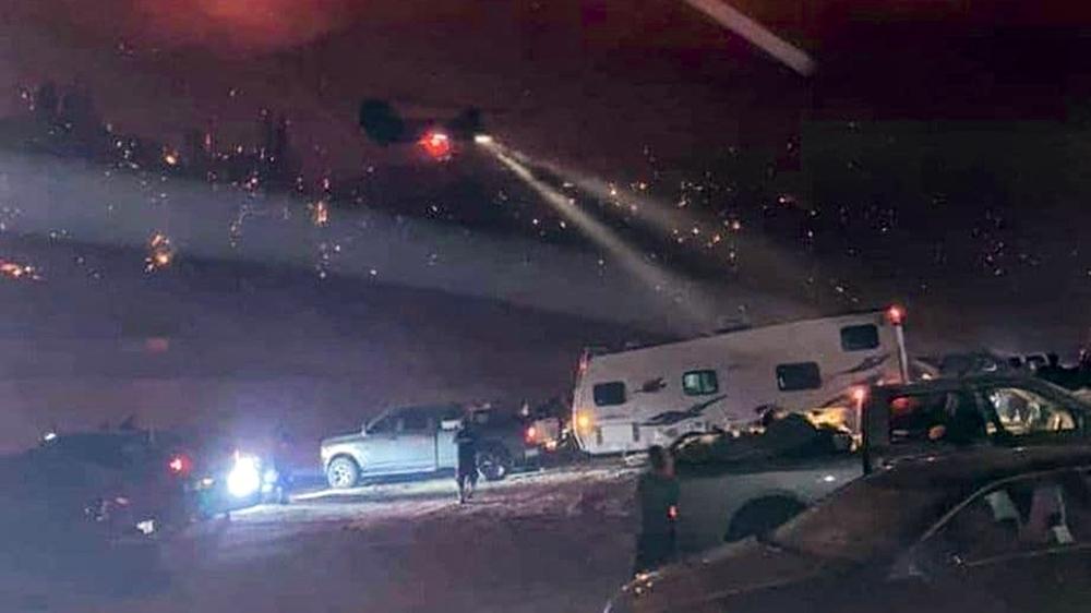 Hàng trăm người dân mắc kẹt tại khu du lịch quanh hồ Mammoth được trực thăng đưa đến nơi an toàn.