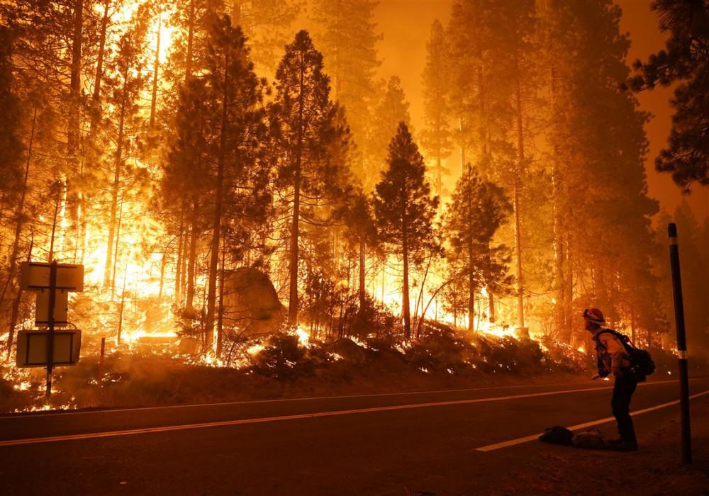 Bang California vẫn đang trải qua đợt nắng nóng kỷ lục, tạo điều kiện cho cháy rừng bùng phát và lan nhanh.