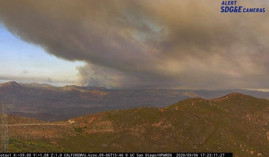 Bầu trời bị che phủ bởi khói từ các đám cháy rừng.