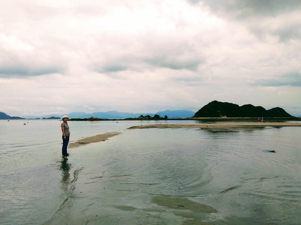 Con đường giữa biển lấp lánh ở xa xa