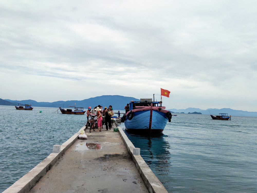 Tàu cập bến ở đảo Điệp Sơn
