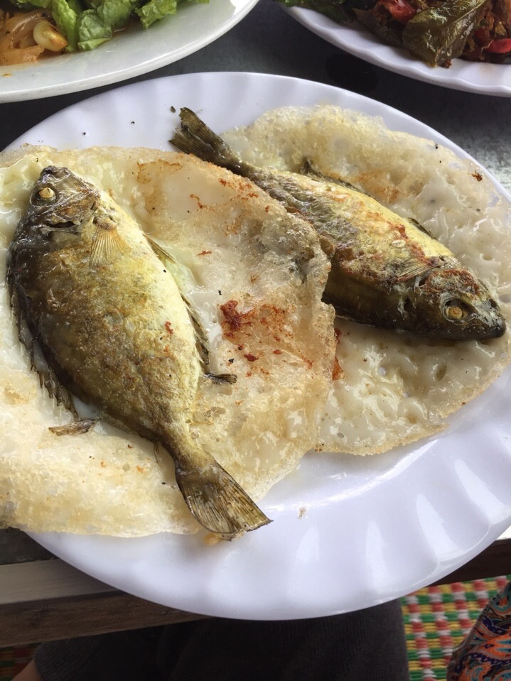 Thực khách có thể yêu cầu thêm giá, hành hoặc không trong phần bánh xèo cá kình của mình.
