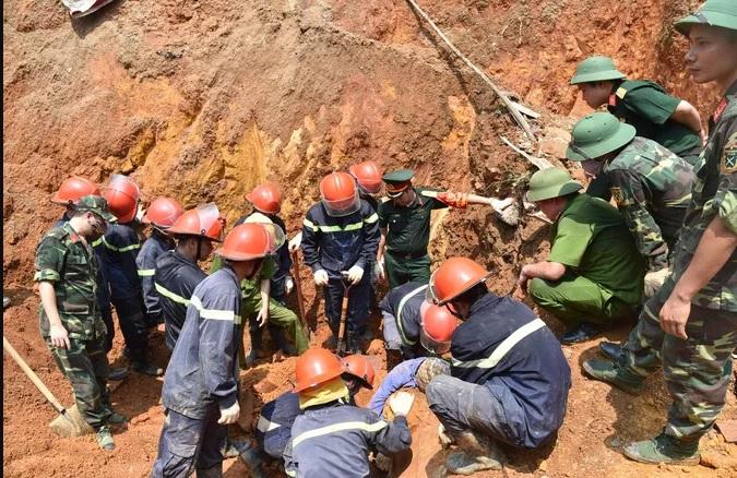 Lực lượng cứu hộ tìm kiếm các nạn nhân.