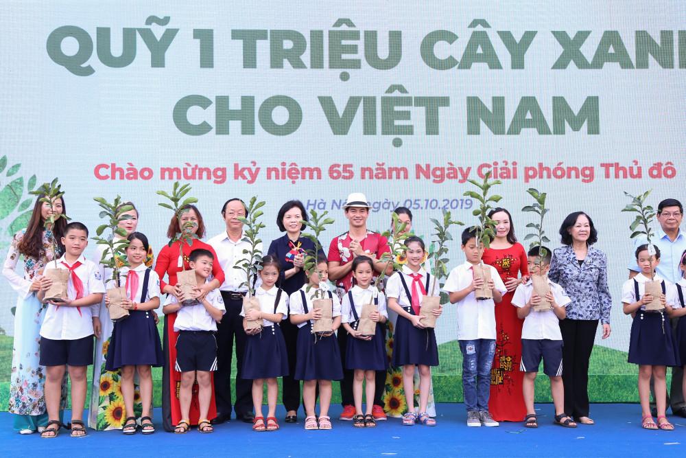 """""""Quỹ 1 triệu cây xanh cho Việt Nam"""" trao tặng hàng ngàn cây xanh cho các trường tiểu học tại Hà Nội. Ảnh: Vinamilk cung cấp"""