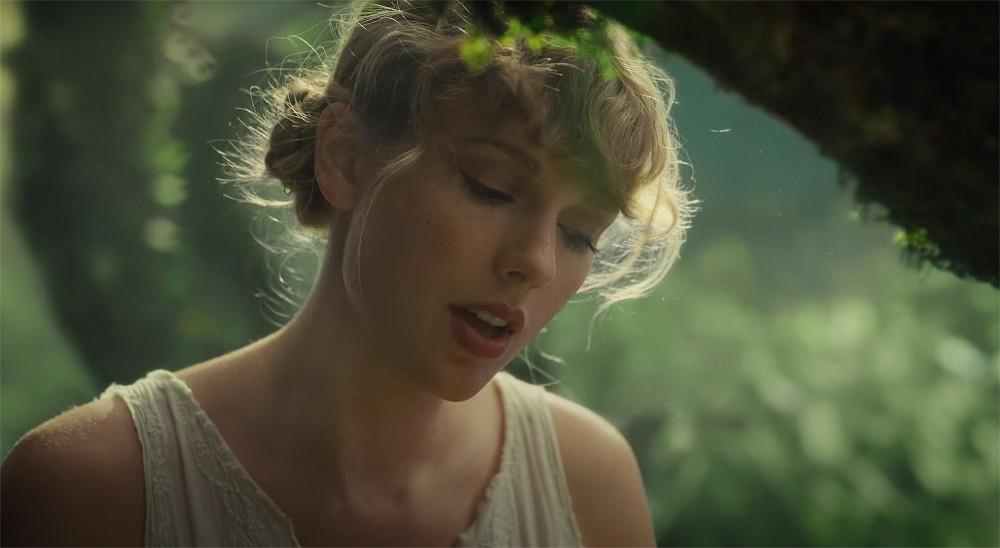 Taylor Swift chỉ úp mở về album phòng thu thứ 8 chỉ trong 16 tiếng trước khi phát hành chính thức. Cô không tung chiêu truyền thông cho sản phẩm như mọi khi.