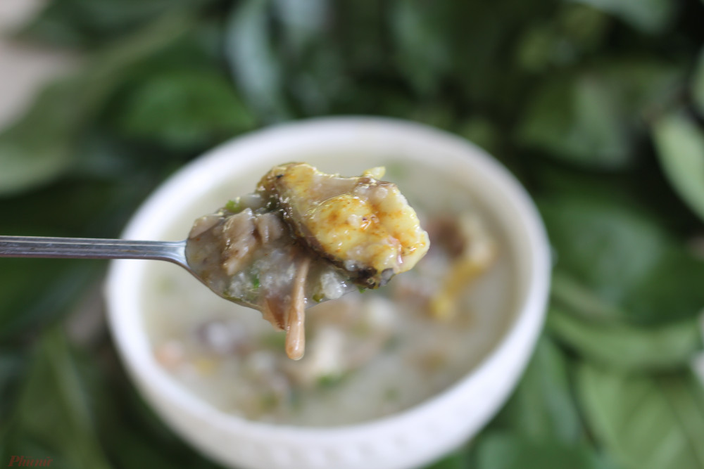 Món cháo có vị tươi ngon của nấm mối, của cá, vị cay nhẹ của củ nén, cay thơm của nghệ tươi.