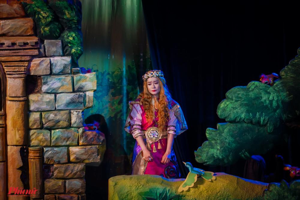 Công chúa tóc mây trở thành miền ký ức của nhiều thế hệ thiếu nhi với hình ảnh cô nàng xinh đẹp có mái tóc vàng xoã dài. Công chúa bị giam giữ trong toà lâu đài với mụ phù thuỷ và hành trình tìm lại gia đình, hạnh phúc của cô vẫn thường được kể với các bạn nhỏ.   Tuy nhiên, trong vở diễn mới nhất của đoàn rối Rồng Phương Nam (thuộc Nhà hát Nghệ thuật Phương Nam), Công chúa tóc mây đã được kể khác đi, mang hơi thở thời đại bên trong diện mạo của thế giới thần thoại nhiệm màu.