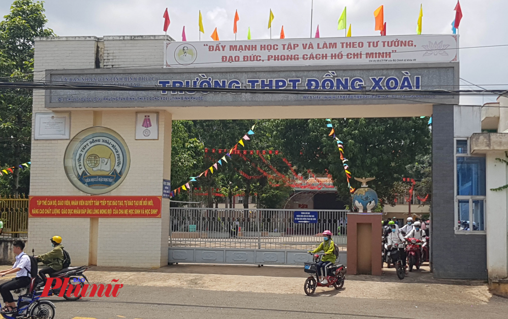 Học sinh trường THPT Đồng Xoài tan học trưa 8/9