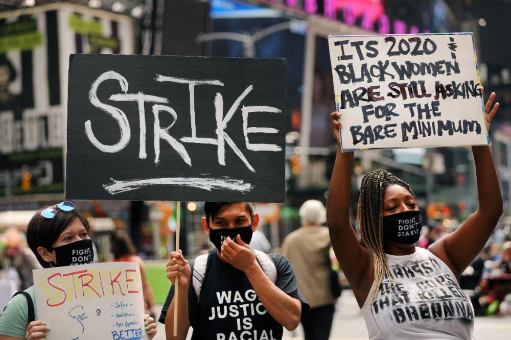 Áp lực đè nặng lên những người Mỹ nghèo nhất, những người đứng trước nguy cơ mất việc làm và không có nhiều tiền tiết kiệm để vượt qua cuộc khủng hoảng - Ảnh: Getty Images