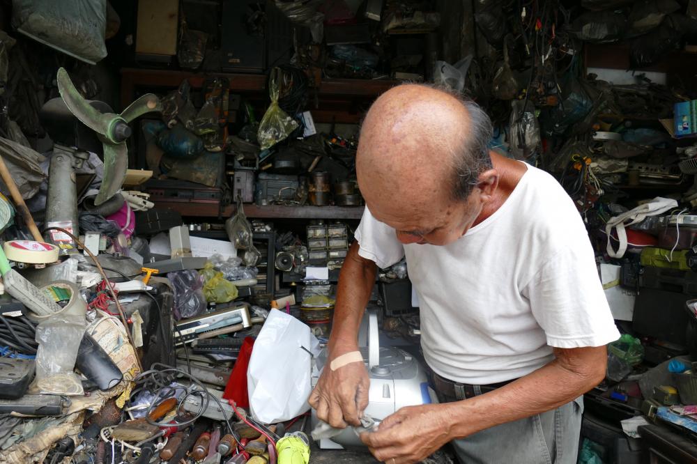 Anh Tú, người con trai thứ hai của ông Trí bị tật nguyền nên mọi công việc tại cửa tiệm đều do một tay ông Trí gánh vác.