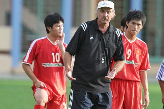 Ông Alfred Riedl huấn luyện cho các cầu thủ đội tuyển Việt Nam trên sân cỏ