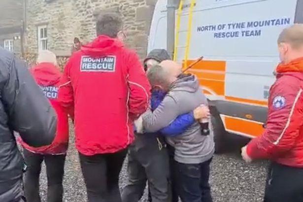 Giây phút xúc động vì mừng khi mọi người đã tìm được và đưa cụ ông 80 tuổi bị thất lạc trong rừng gần 3 ngày những vẫn ổn - Ảnh:  Swaledale Mountain Rescue Team