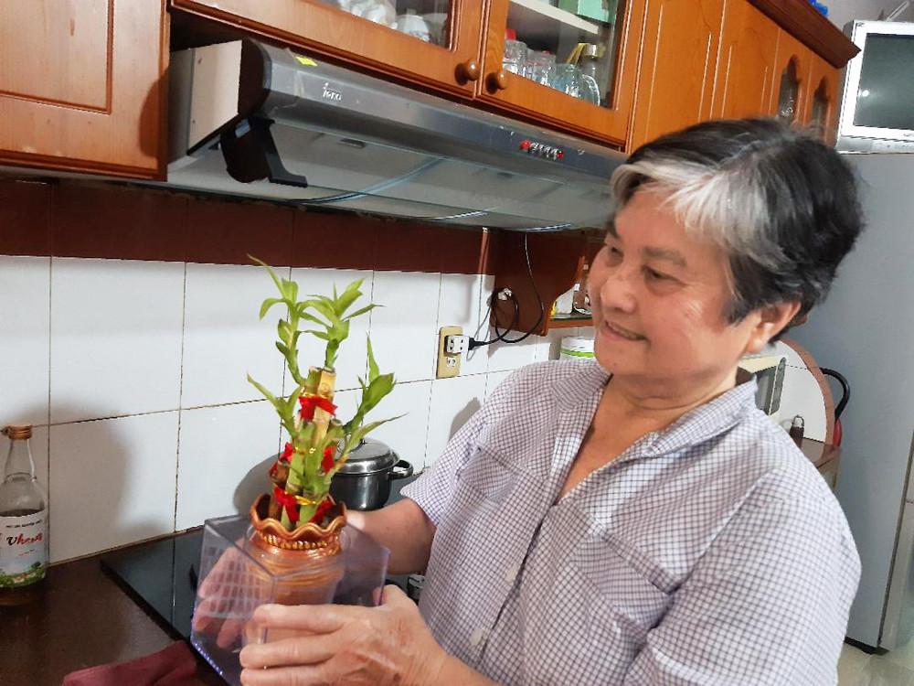 Chăm lo cho cộng đồng xong, bà Dư Thị Kiều lại trở về vui với chậu cây, con cá