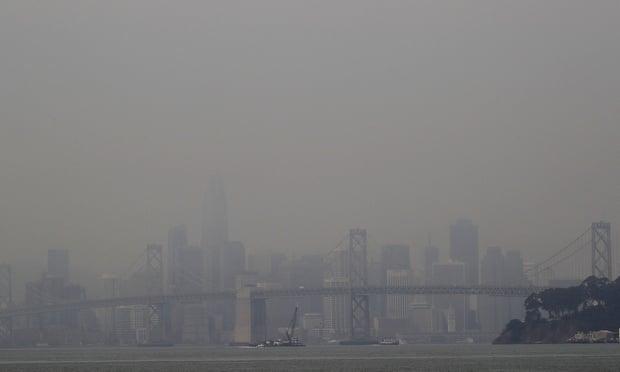 Khói từ cháy rừng che khuất tầm nhìn của đường chân trời San Francisco và San Francisco-Oakland Bay Bridge