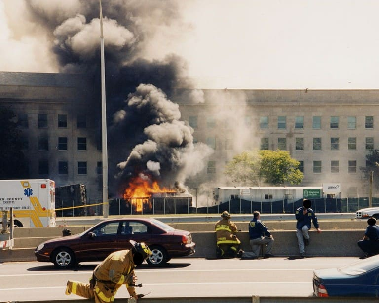 Nhân viên cứu hỏa là một trong những lực lượng đầu tiên tiếp cận hiện trường ở Lầu Năm Góc - Ảnh: FBI/Getty Images