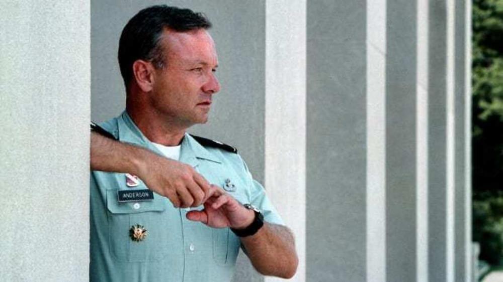 """Đại tá Không quân Paul """"Ted"""" Anderson đang đứng bên ngoài khu văn phòng làm việc ở Lầu Năm Góc nhìn những chiếc máy bay đang cất cánh vào tháng 8/2002, sau vụ khủng bố 11/9 một năm - Ảnh: The Washington Post/Getty Images"""