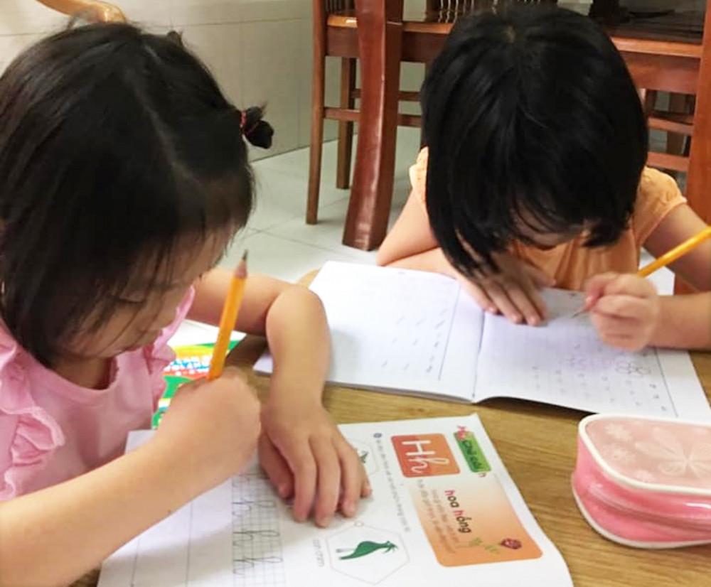 Bộ sách giáo khoa ở tiểu học vốn không cần sách bổ trợ, sách tham khảo vì đã đầy đủ phần lý thuyết và bài tập Ảnh: Mai Trúc