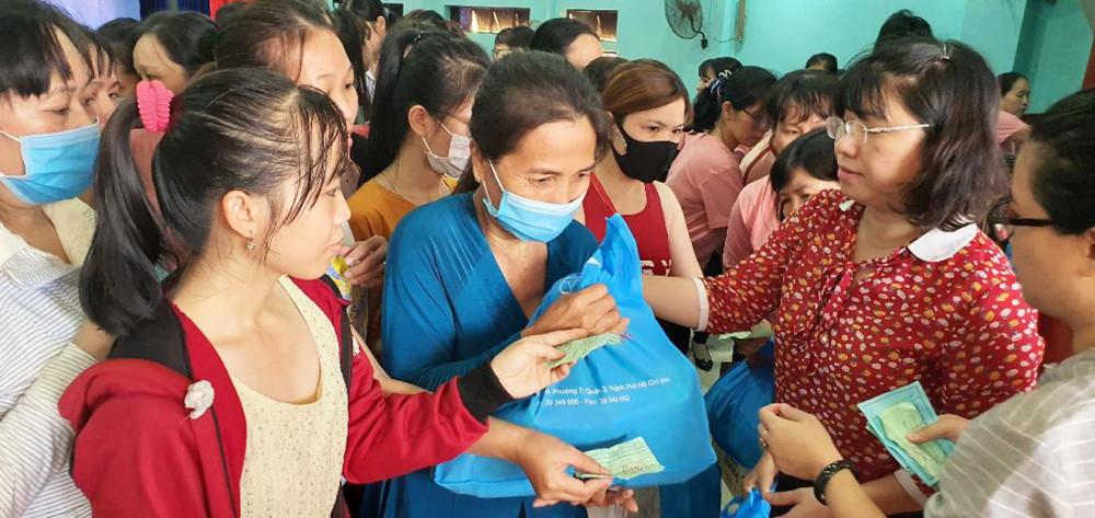 Ngày hội Nữ công nhân với nhiều hoạt động như truyền thông, khám bệnh và cấp phát thuốc miễn phí, chăm sóc sắc đẹp... - Ảnh: Diễm Trang