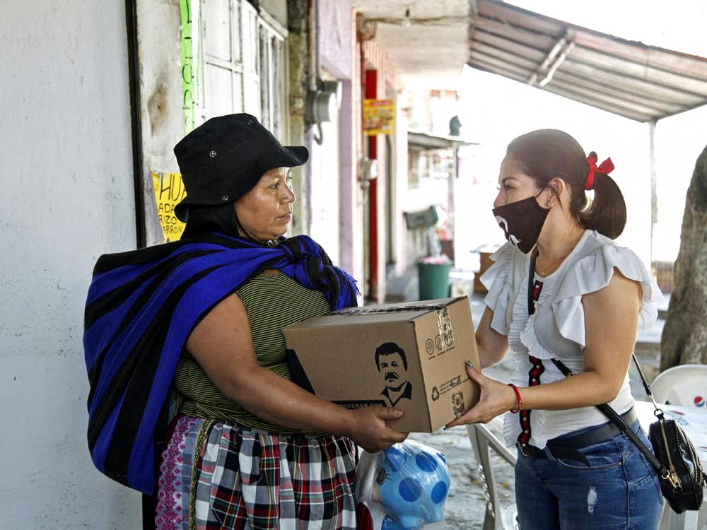 """Con gái của trùm ma túy Mexico Joaquín """"El Chapo"""" Guzmán trao quà cho những người nghèo trong đại dịch, như một cách đánh bóng tên tuổi đế chế tội phạm của cha cô - ẢNH: EPA"""