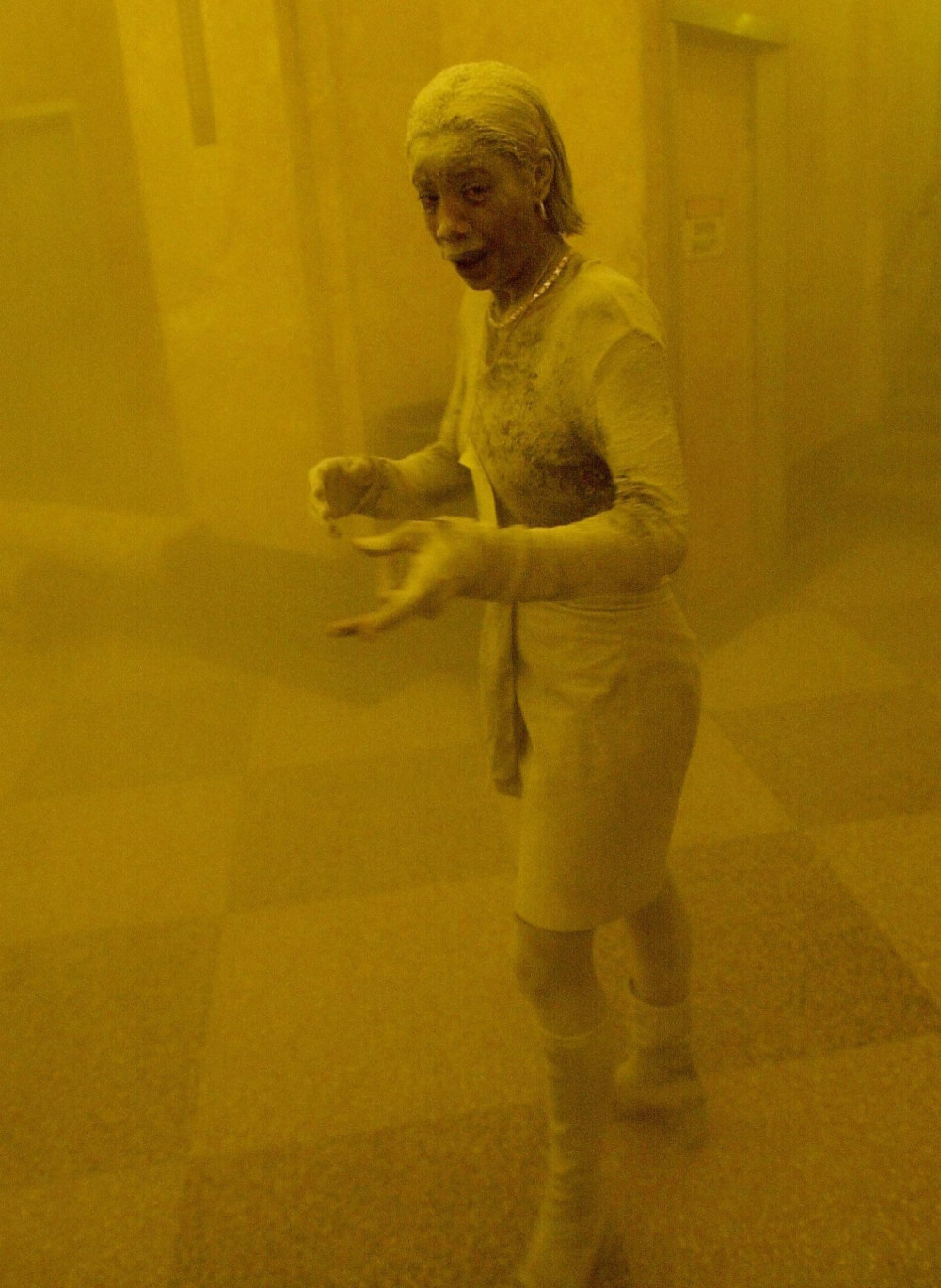 Nữ nhân viên Marcy Borders tham gia cứu hộ những người bị mắc kẹt bên trong các đống đổ nát. Toàn bộ cơ thể cô bị bụi cát bao trùm. Cô mất ngày 24/8/2015 với căn bệnh ung thư dạ dày, được cho là di chứng từ các chất độc mà cô hít phải trong sự kiện 11/9/2001 - Ảnh: Stan Honda/AFP/Getty Images