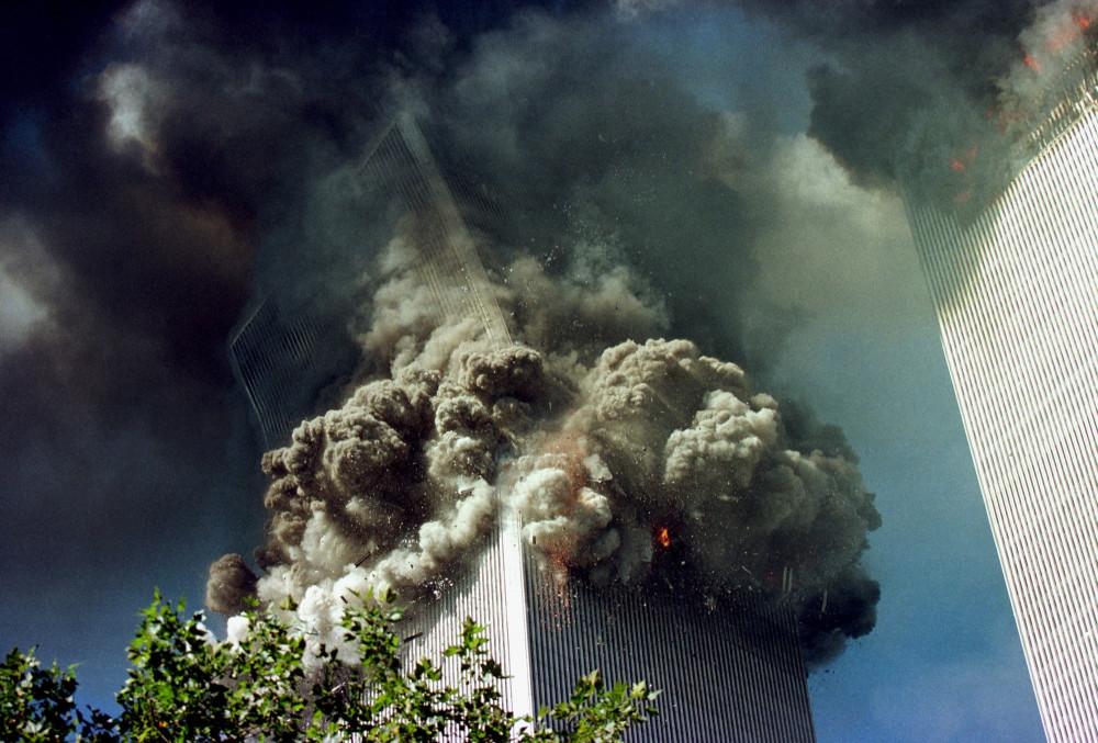 Tòa tháp phía Nam của Trung tâm Thương mại Quốc tế đang sụp đỗ - Ảnh: Thomas Nilsson/Getty Immages